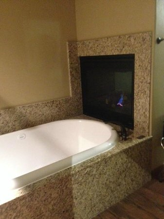 Cable Mountain Lodge: Gas fireplace visible from tub.