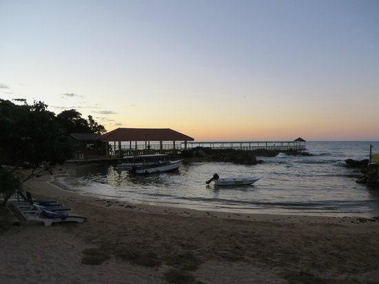 Franklyn D Resort & Spa : Sunset