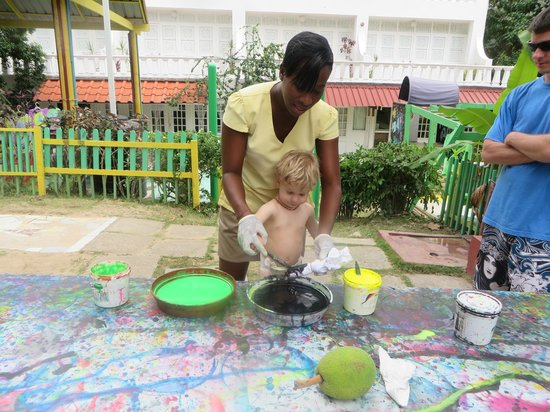 Franklyn D. Resort & Spa : Making tie-dyed shirt with our nanny!