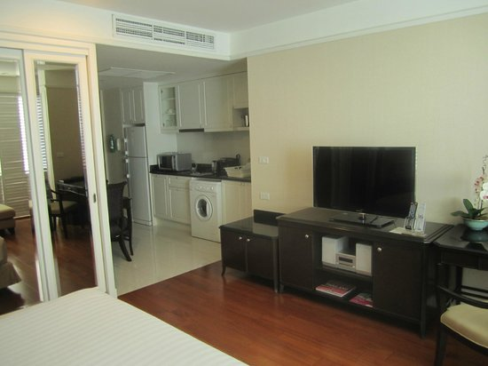 Grande Centre Point Hotel Ratchadamri: Room photo showing kitchenette facilities, including washer-dryer
