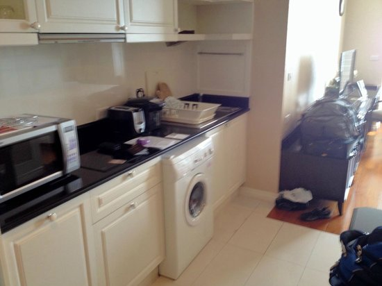 Grande Centre Point Hotel Ratchadamri: Kitchenette, including washer-dryer