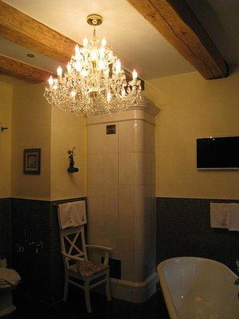 Rossi Boutique Hotel & SPA : Imaginez un lustre en cristal de bohème dans la salle de bain