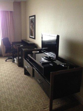 Hilton Milwaukee City Center: Flat screen TV/Desk