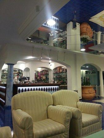 Atlantic Hotel Riccione : Gioco di specchi e ampiezze nella grande sala relax in zona bar