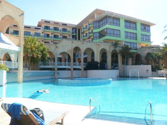 Melia Las Americas: VISTA DEL HOTEL Y UNA DE LAS PILETAS