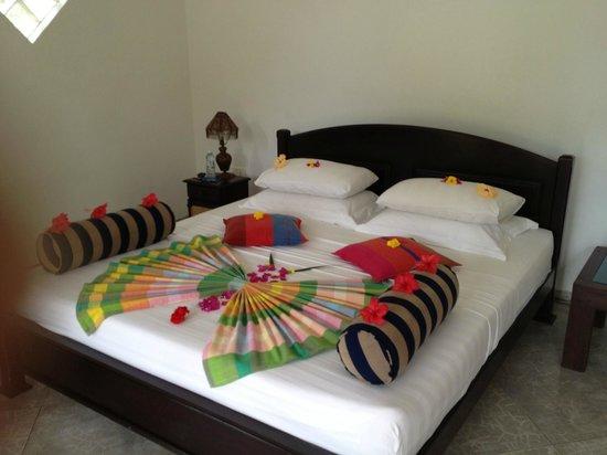 Shangri-Lanka Villa : Blütenzauber auf dem Bett 2