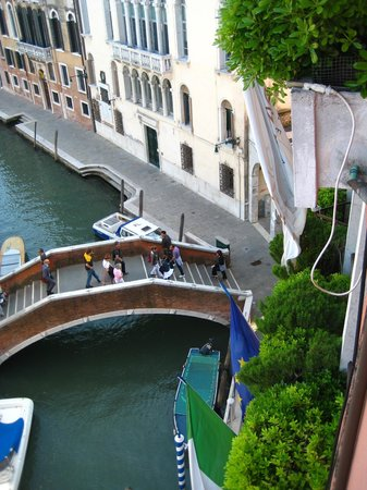 Hotel Papadopoli Venezia MGallery by Sofitel : the bridge just below our hotel