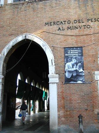 Hotel Papadopoli Venezia MGallery by Sofitel: the market