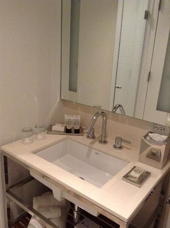 Cassa Hotel 45th Street New York: spotless bathroom and shower head was huge and fab!