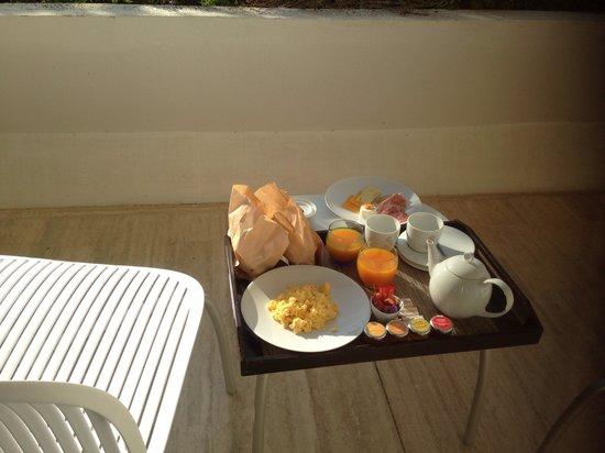 La Vague de Saint Paul : Petit déjeuner en chambre sur la terrasse.