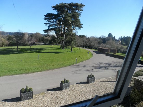 Hartsfield Manor, Betchworth: Driveway view from front of the hotel