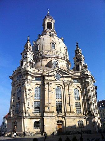 Frauenkirche im sonnigen Morgen