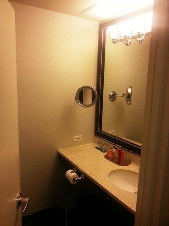 Kimpton Muse Hotel: Bathroom