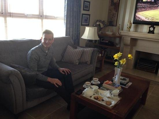 Crowfield Country House : Lounge with tea