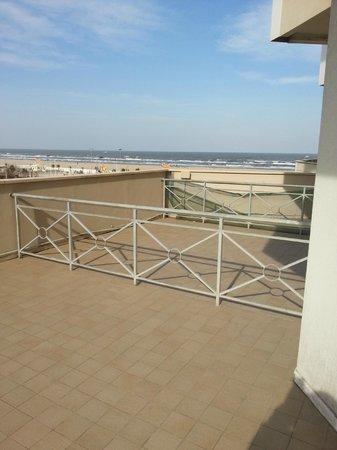 Hotel Diplomat Palace: Grande balcone con vista sulla spiaggia.