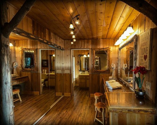 ‪‪Arrowhead Pine Rose Cabins‬: Dressing Room at Hidden Creek‬