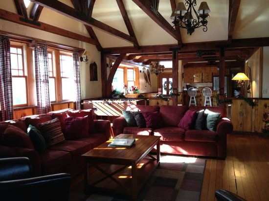 Arrowhead Pine Rose Cabins: Living room at Alpine Lodge