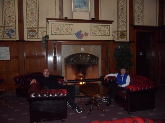 Elmbank Hotel : Cosy fireplace in main hallway