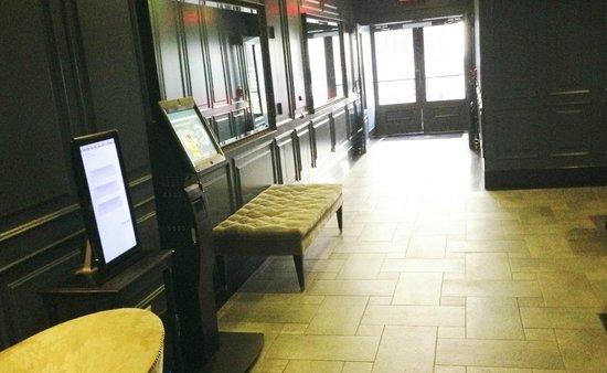 Cosmopolitan Hotel - Tribeca: Spacious Entry Way - Exit Way to street