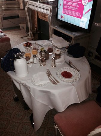 The Ritz London : Brekkie in room !!