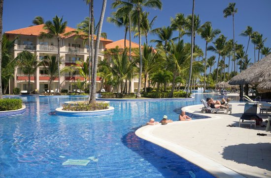 Majestic Elegance Punta Cana: Continuous pool throughout the site