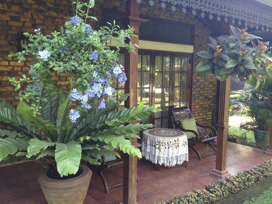 Delma Bungalow: Outdoor seating area