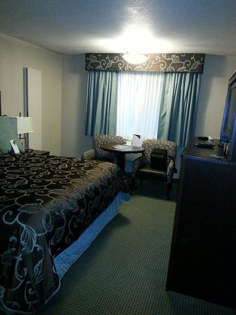 Shilo Inns Beaverton: Room we were moved to in the newer section when problems in our older section room could not be
