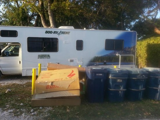 Kings Kamp: Garbage next to our motor home
