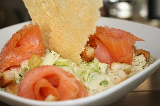 Mona Lisa Bistro: Salmon salad