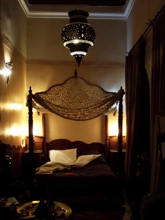 Riad Dar El Kebira : the room - and the lovely canopy bed