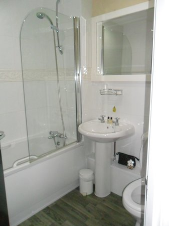 Hunley Hotel and Golf Club: Bathroom in Room 7 - No dodgy shower curtain here!!!!