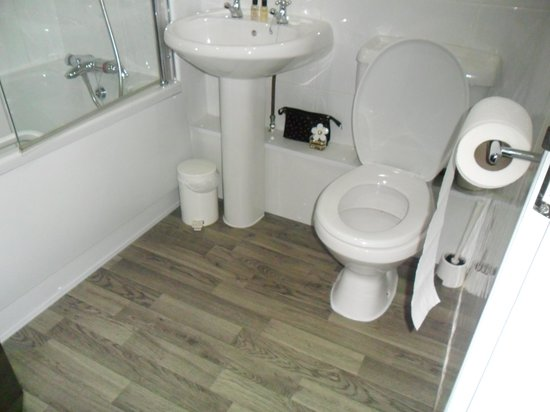 Hunley Hotel and Golf Club: Bathroom in Room 7 - sparkly clean!!!