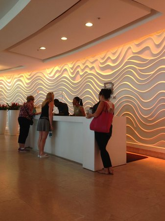 Sonesta Fort Lauderdale Beach: Front desk area - small, yet modern. Off to the left of this is SAIA and the lobby bar