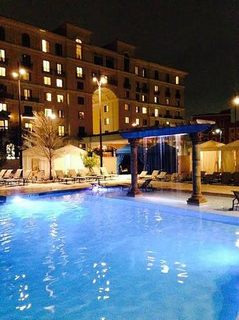 Eilan Hotel & Spa, Autograph Collection: Pool at night