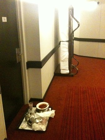 Novotel Sydney Parramatta : Trundle bed and dirty dishes in the hallway all day
