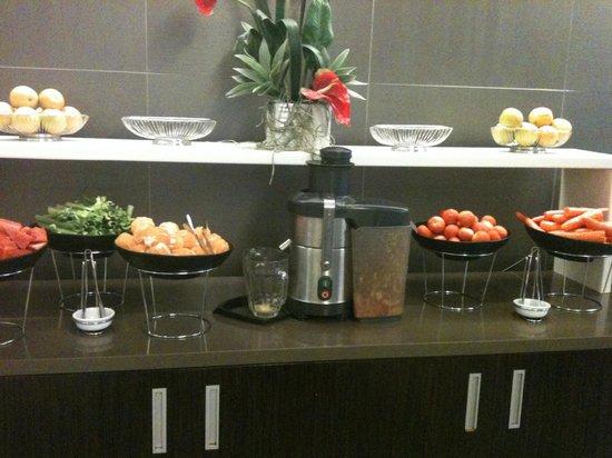 Novotel Sydney Parramatta: Excellent juice bar for breakfast - highlight of the hotel