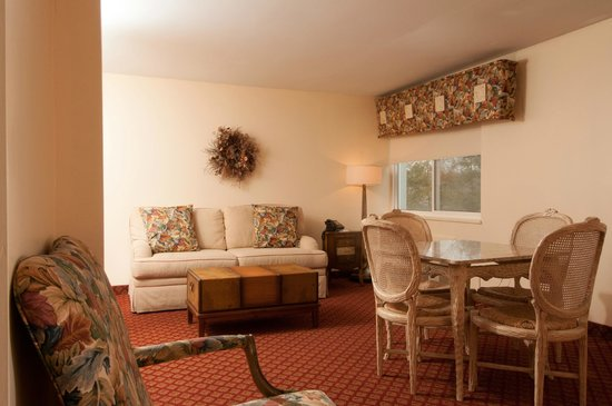 West Hartford Inn: Sitting area in our king suite
