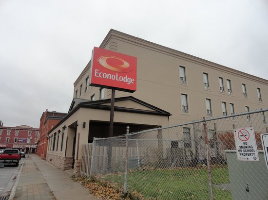 Econo Lodge Woodstock : View of Hotel from Outside