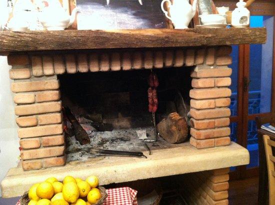 Roccagorga, อิตาลี: Il camino con annesso braciere