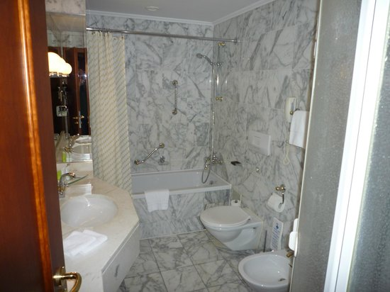 Art Nouveau Palace Hotel : large bathroom