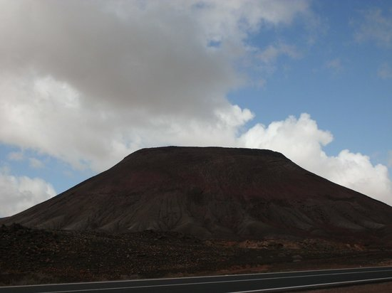 "La Montaña Roja: La Montagna Roja ""illuminata"" da una nube"