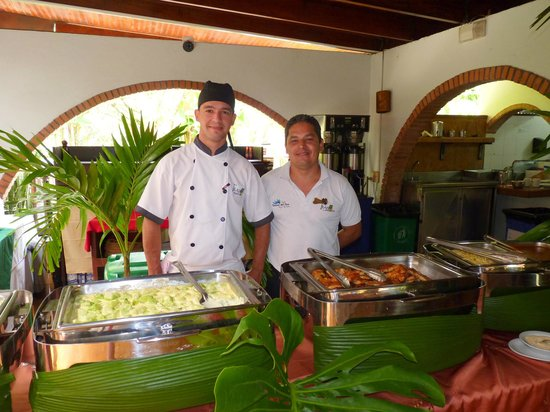 Tilajari Hotel Resort: Smiling and attentive staff at lunchtime buffet