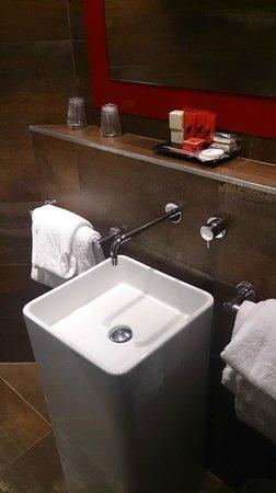 Hotel le Chat Noir: salle de bain 1