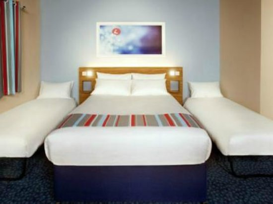 Travelodge Manchester Salford Quays: The kind of room we should have had for 3 people