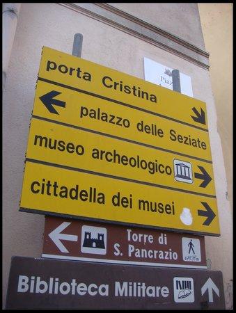 Museo Archeologico Nazionale : Placa indicativa dos pontos turísticos.