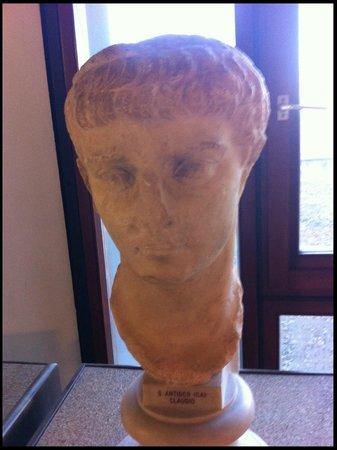 Museo Archeologico Nazionale : Umas das várias estatuetas do Museu Arqueológico.