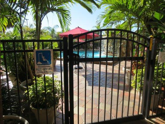 Crowne Plaza Fort Myers at Bell Tower Shops: Zugang zum Pool und großen Parkplatz