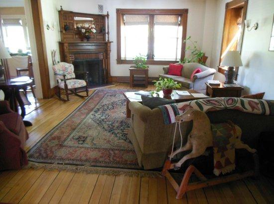 Three Stallion Inn : Living Room