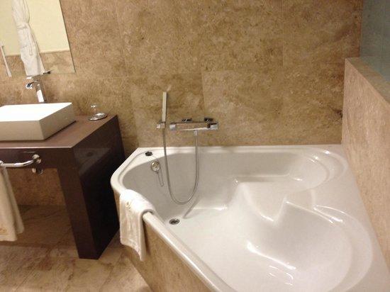 Hacienda Senorio de Nevada : Bañera del hotel