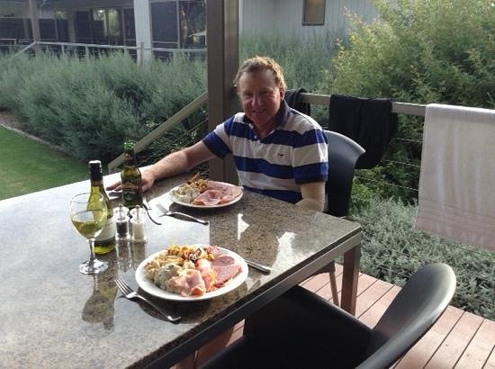 Deeluxe Riverspa Apartments: relaxing dinner on the deck